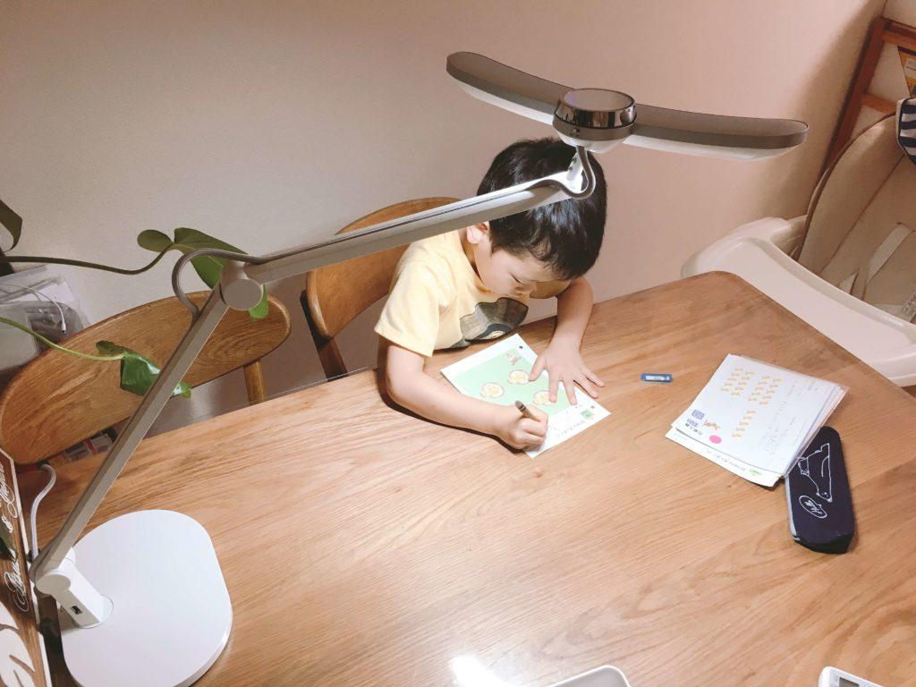 マインドデュオ(MindDuo)の子供のデスクライト使用例