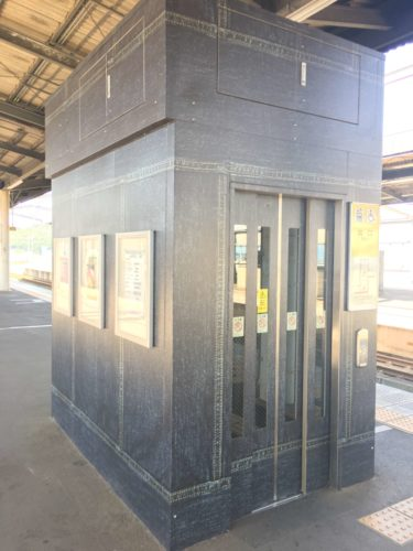JR児島駅のジーンズ柄のエレベーター