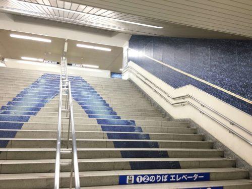 JR児島駅の階段にもジーンズ