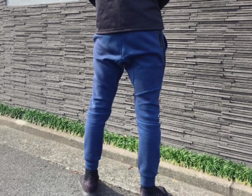 ナイキテックフリースジョガーパンツの試着例を後ろから