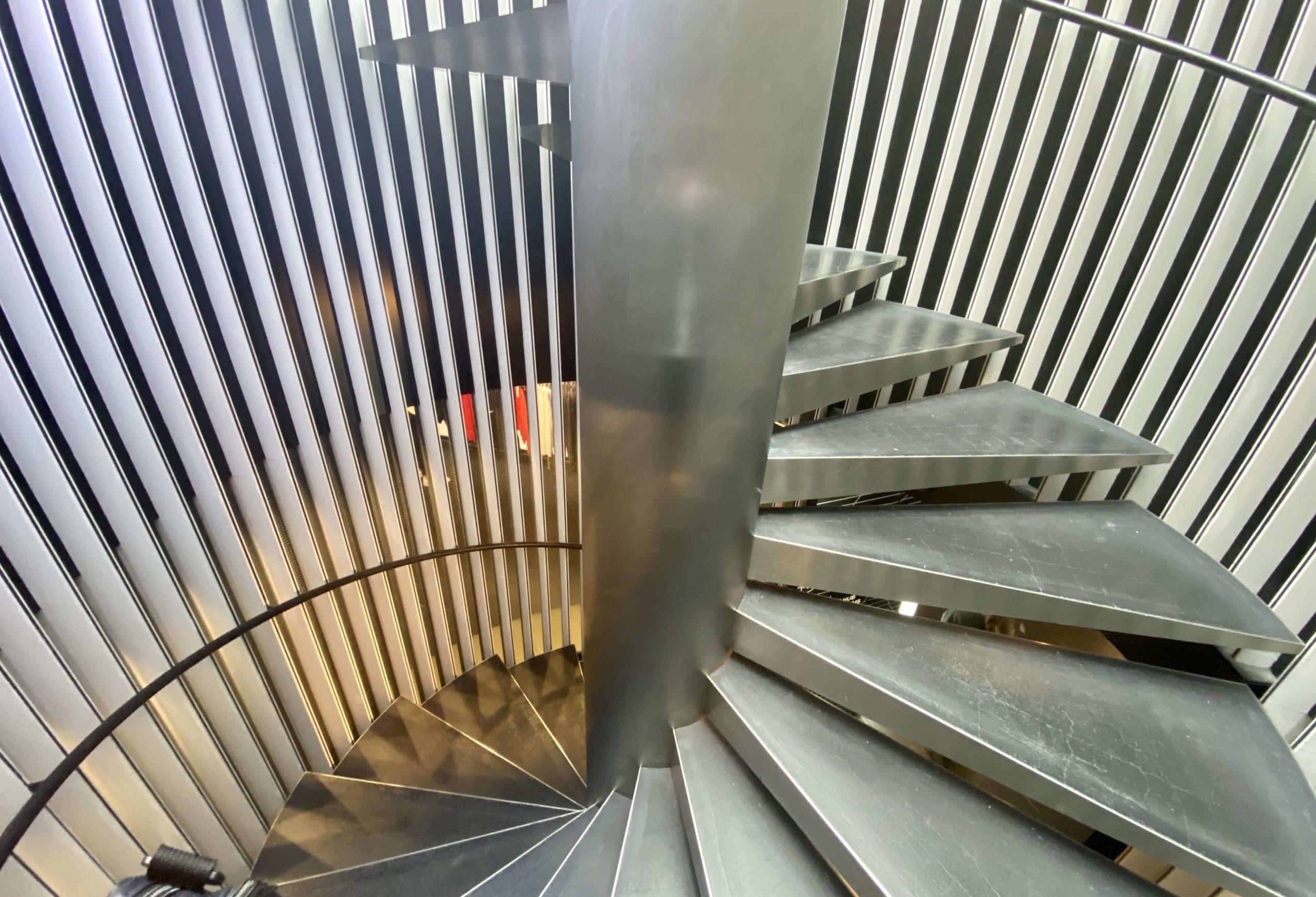 ナイキ原宿の螺旋階段でジョーダンへ