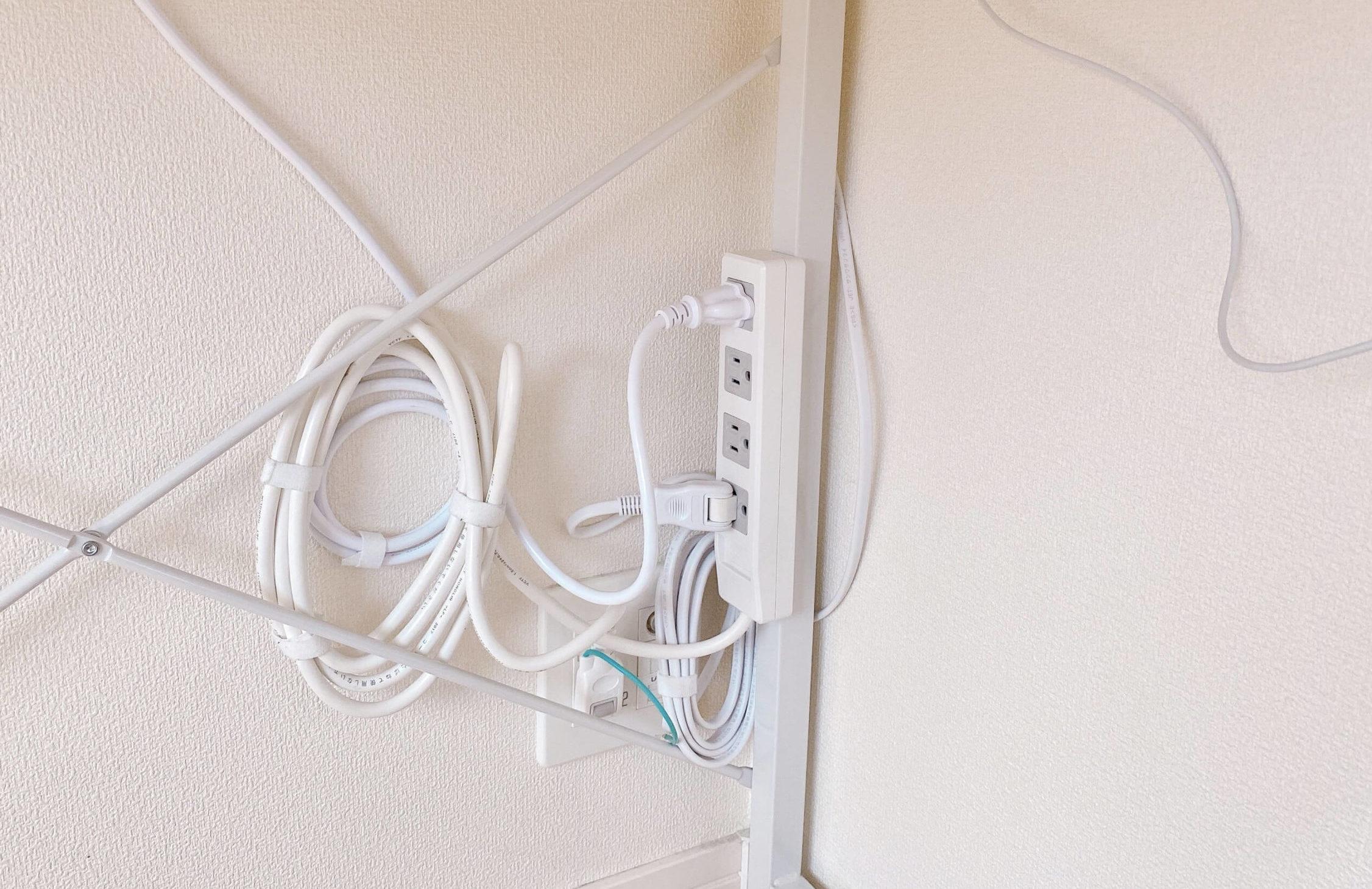テレワークのデスク下の配線整理