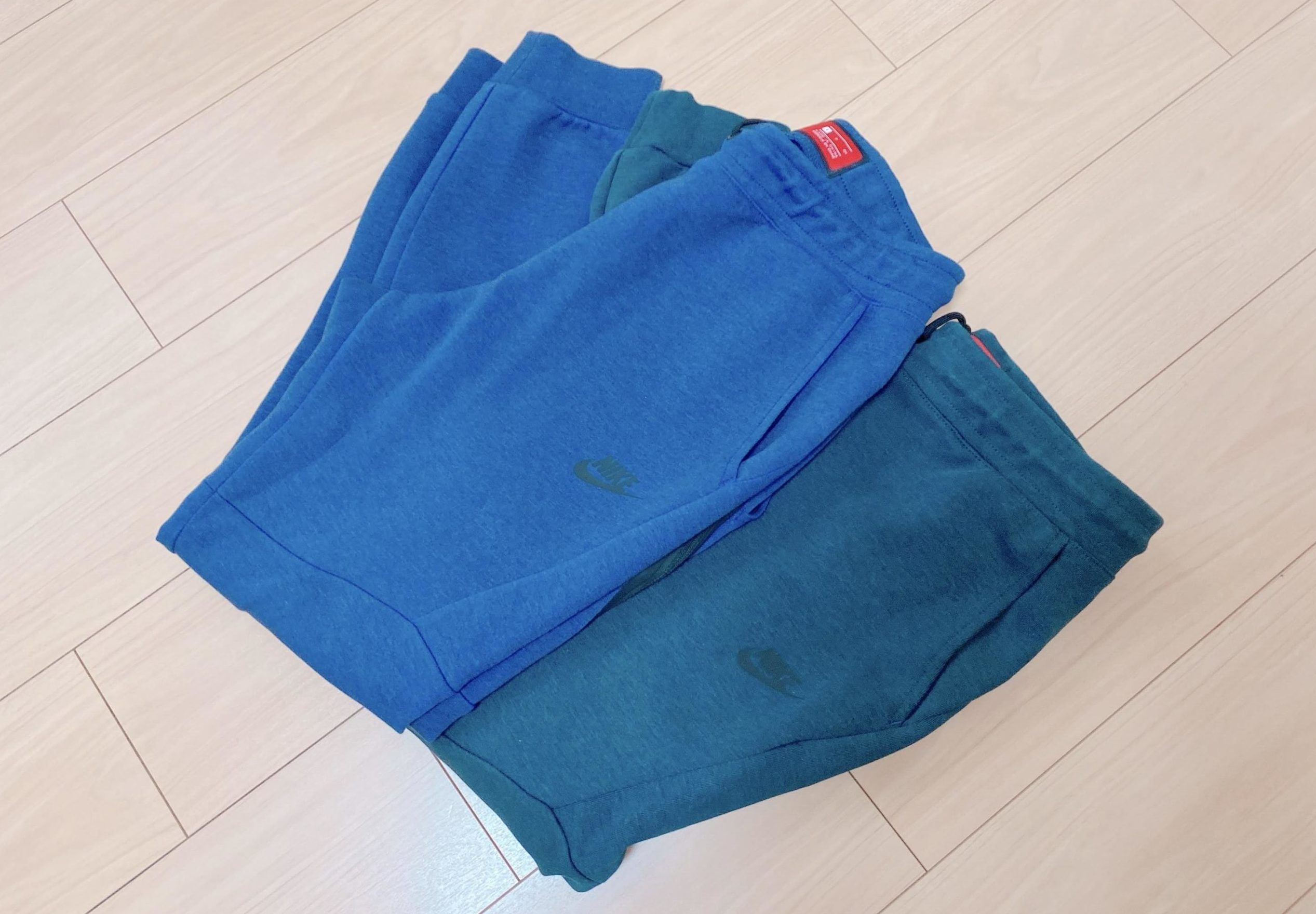 テックフリースジョガーパンツのブルーとグリーンの珍しい色