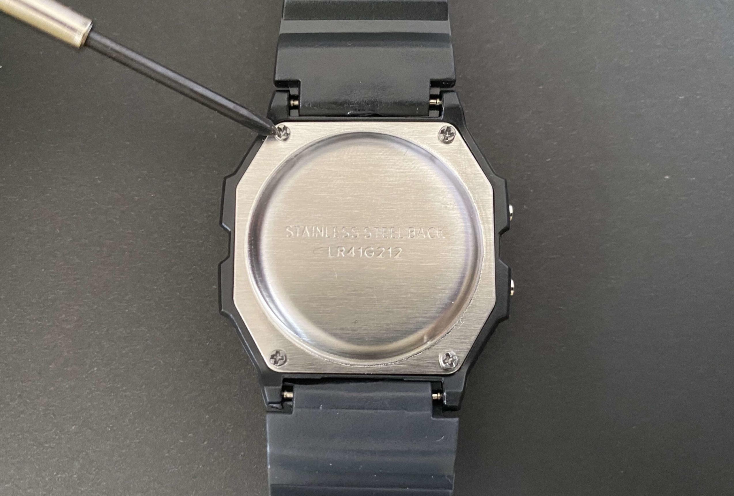 ダイソー腕時計の裏ぶたを開けてLR41電池交換