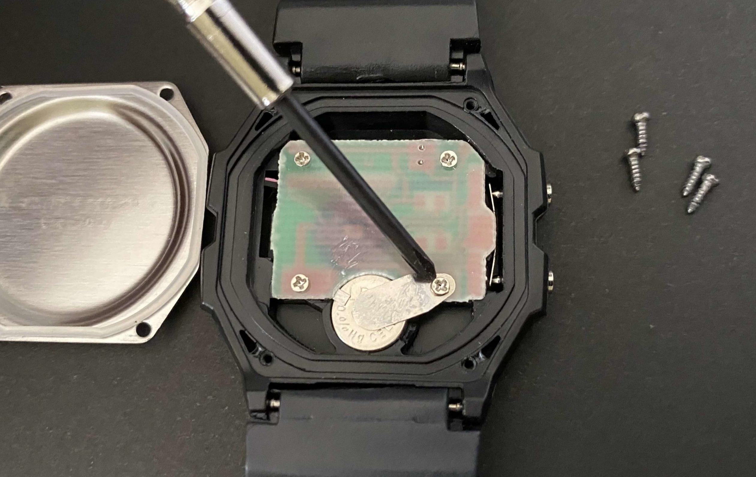 ダイソー腕時計の中からLR41電池を取り出す