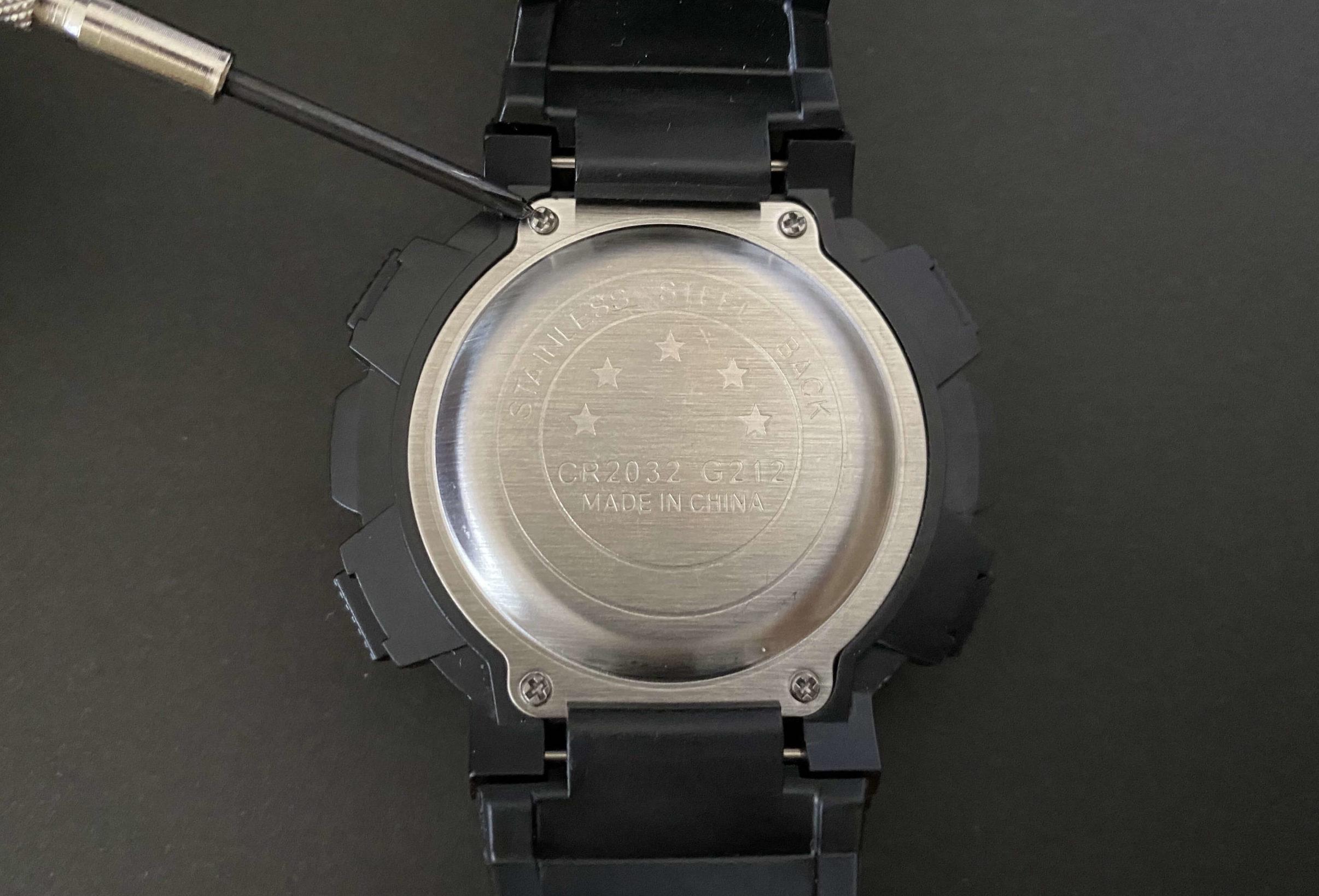 ダイソー腕時計のCR2032電池交換で裏ぶたを開ける