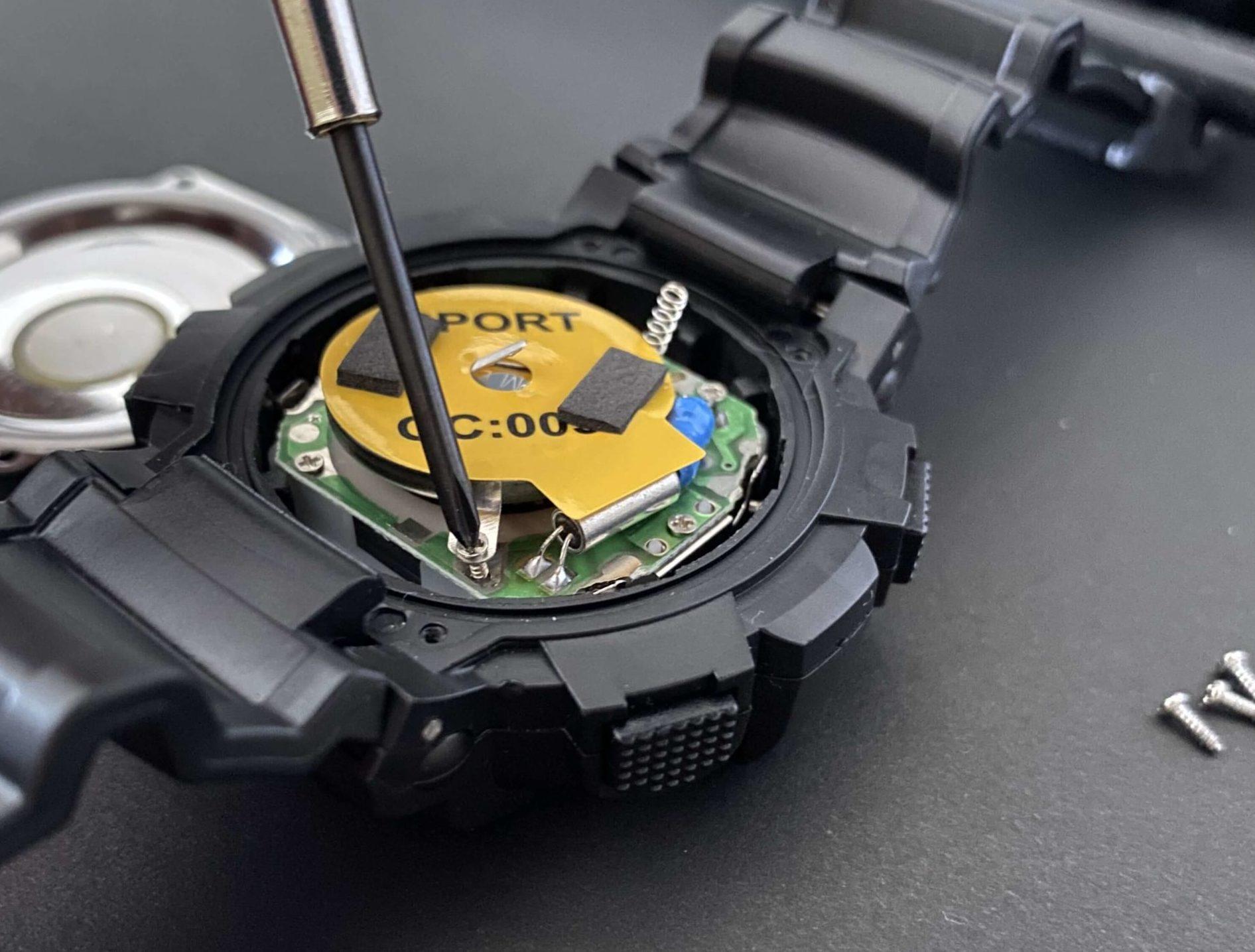 ダイソー腕時計の中からCR2032電池を取り出す