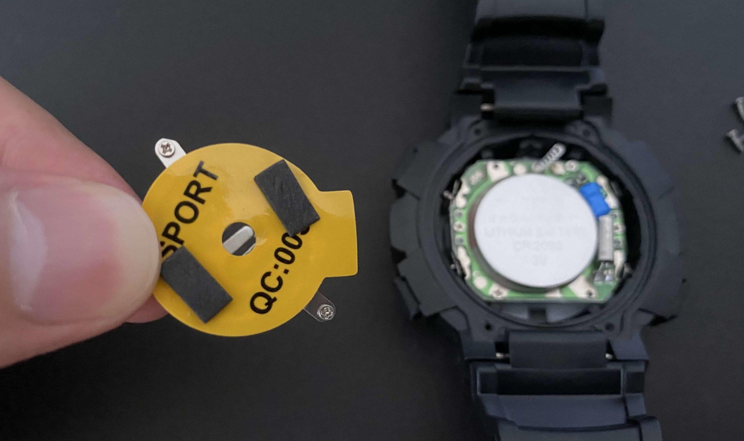 ダイソー腕時計の中からCR2032電池が出てきた状態