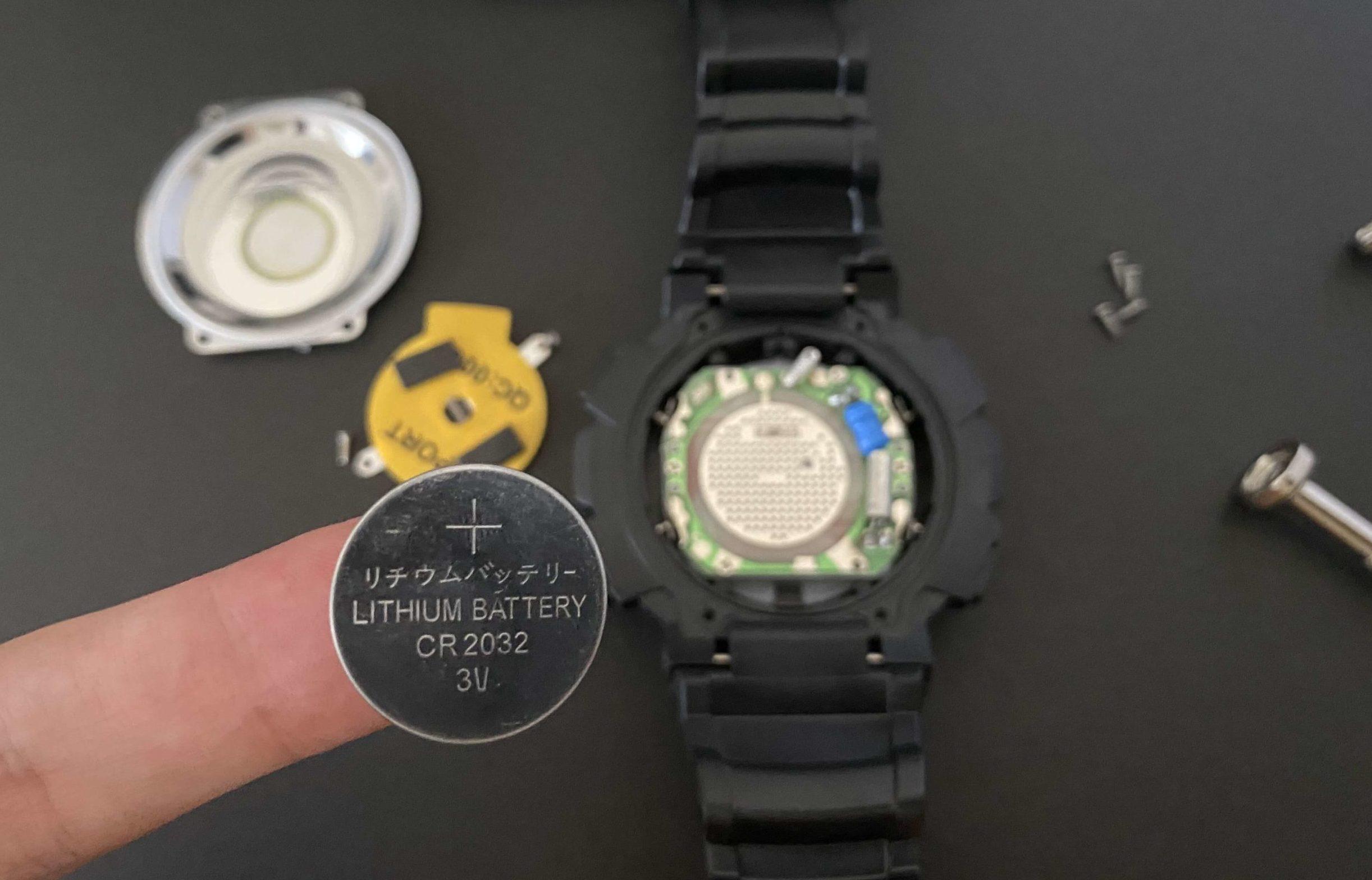 CR2032を腕時計から取り出した光景