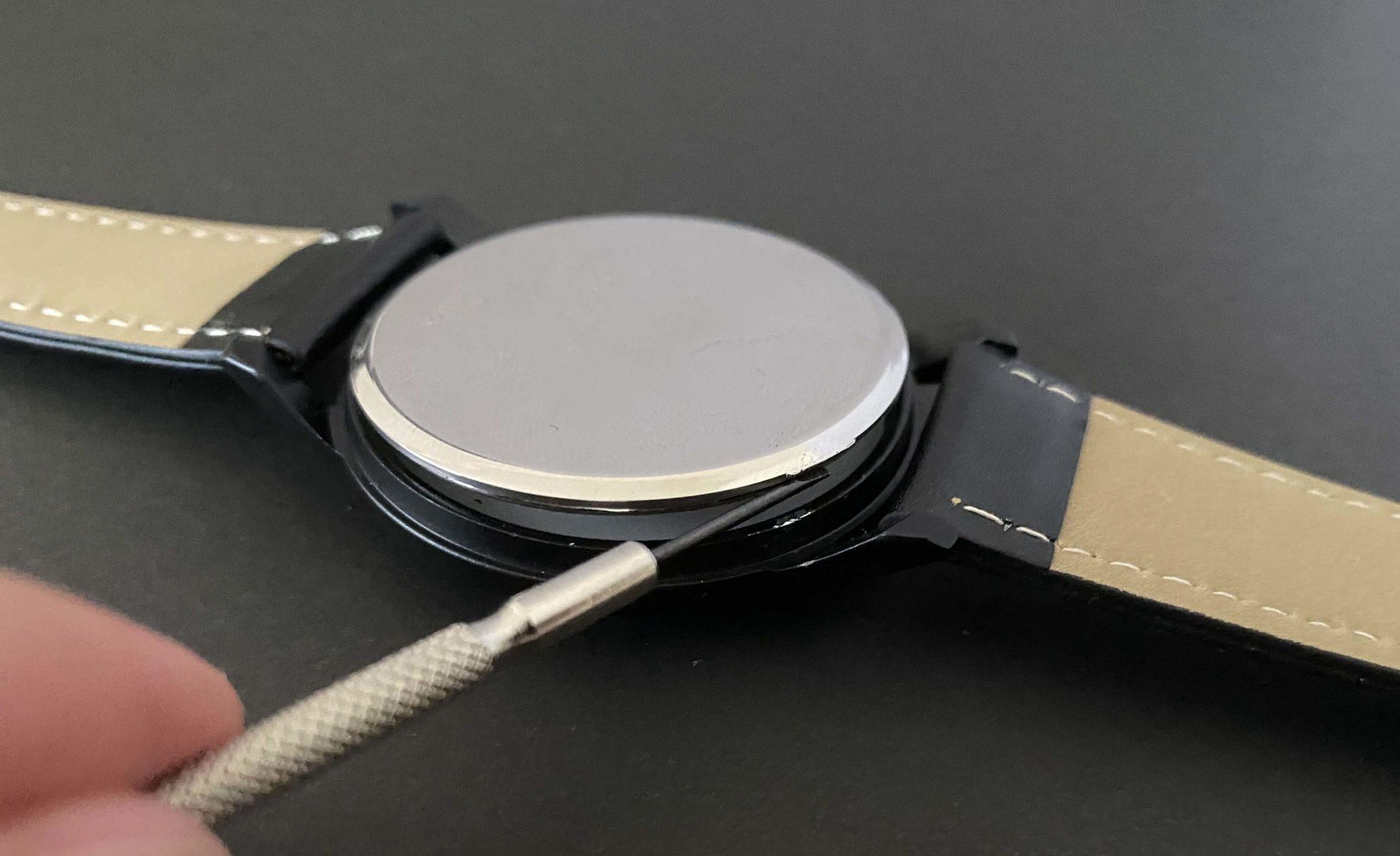 ダイソー腕時計のSR626SWの電池交換で裏ぶたを開けた状態