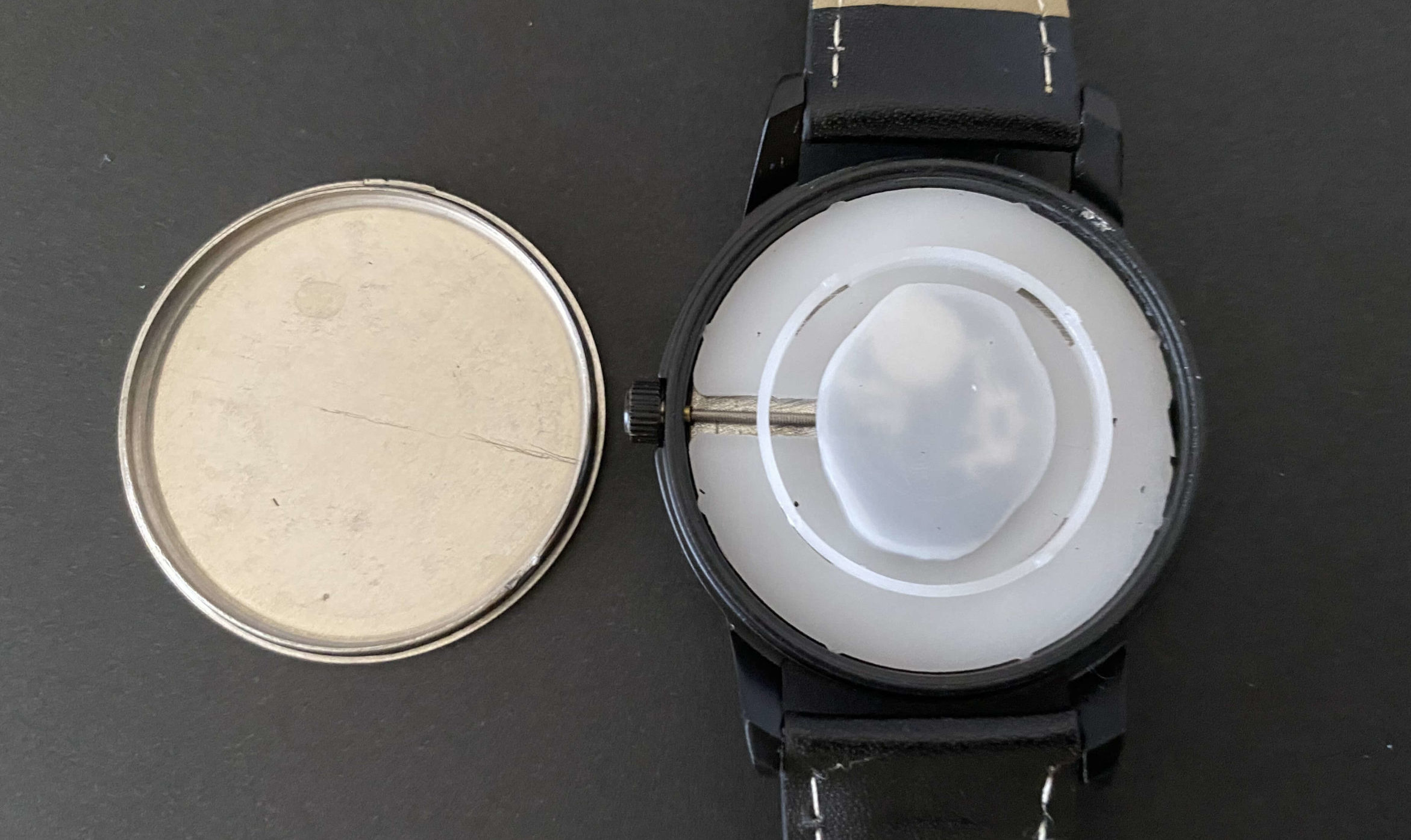 ダイソー腕時計の中からSR626SWを取り出していく