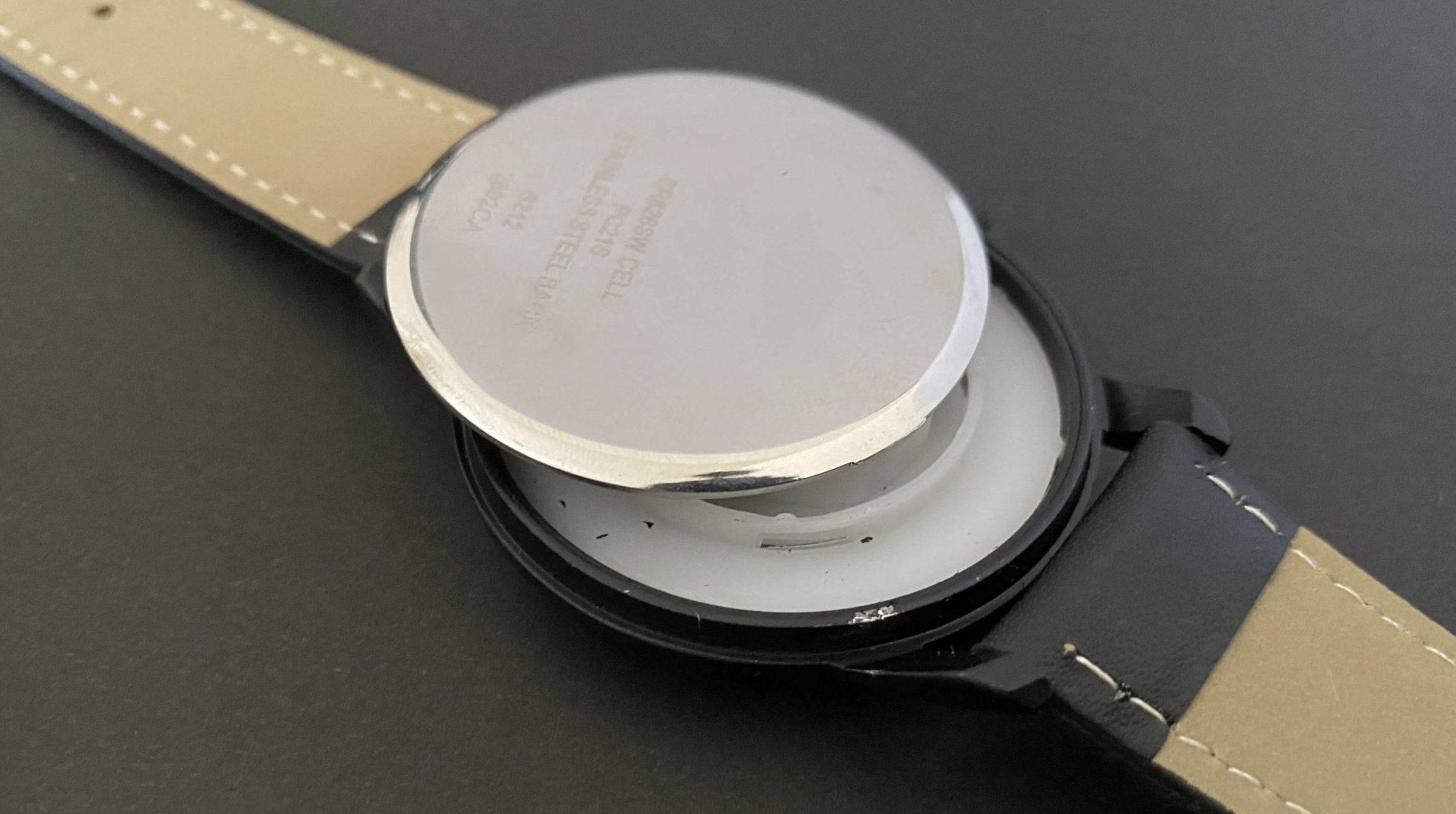 電池交換で裏ぶたに傷がついたダイソー腕時計
