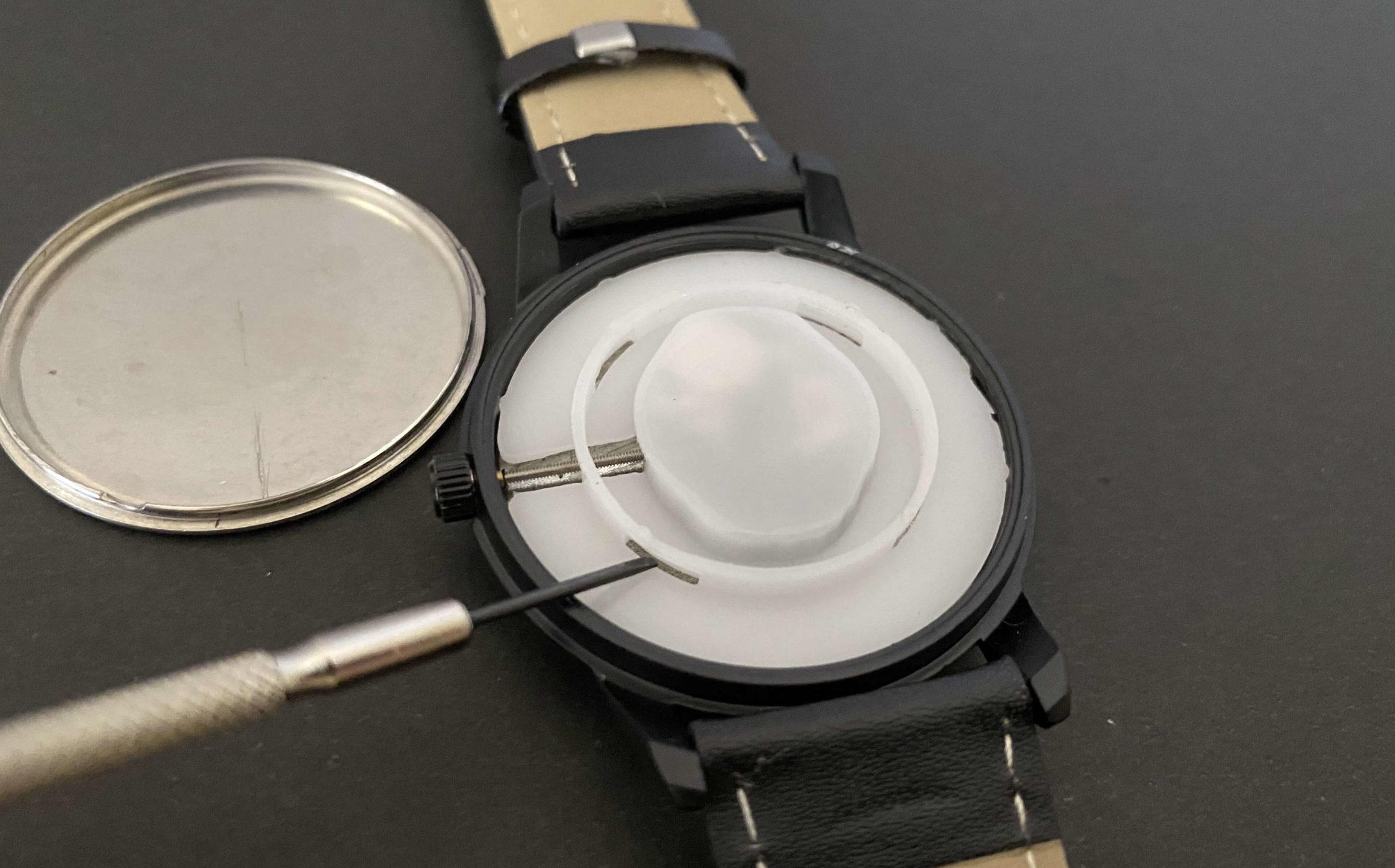 ダイソー腕時計のSR626SW電池交換で中蓋を取り出す