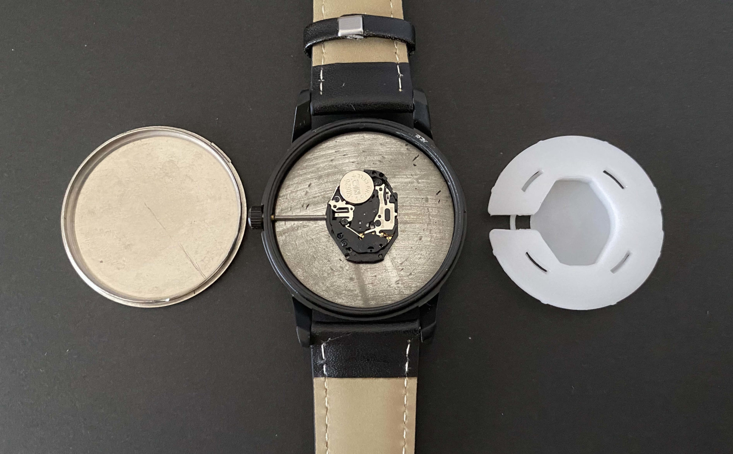 ダイソー腕時計からSR626SWが見えた状態