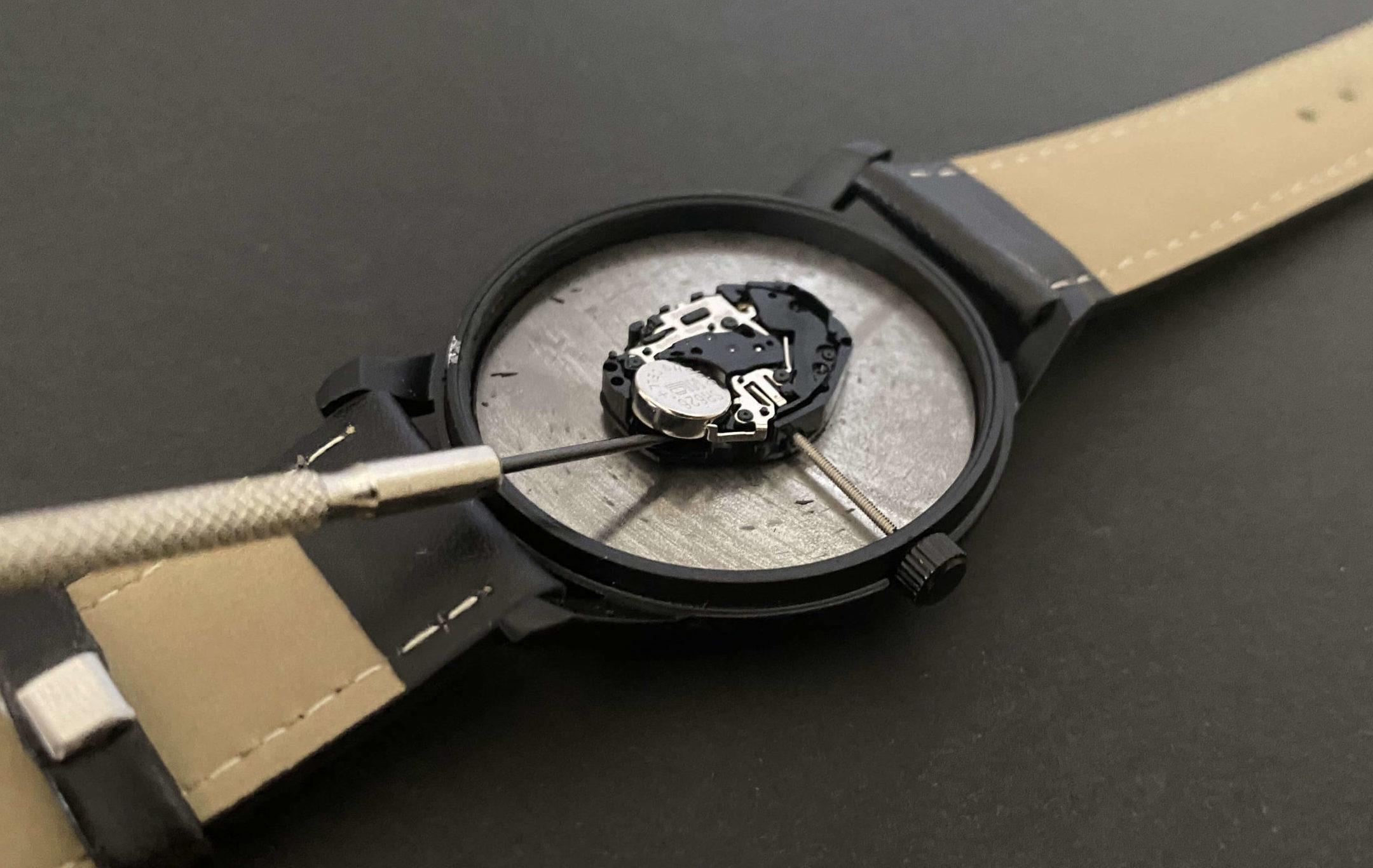 電池交換のためにダイソー腕時計のSR626SWを取り出す