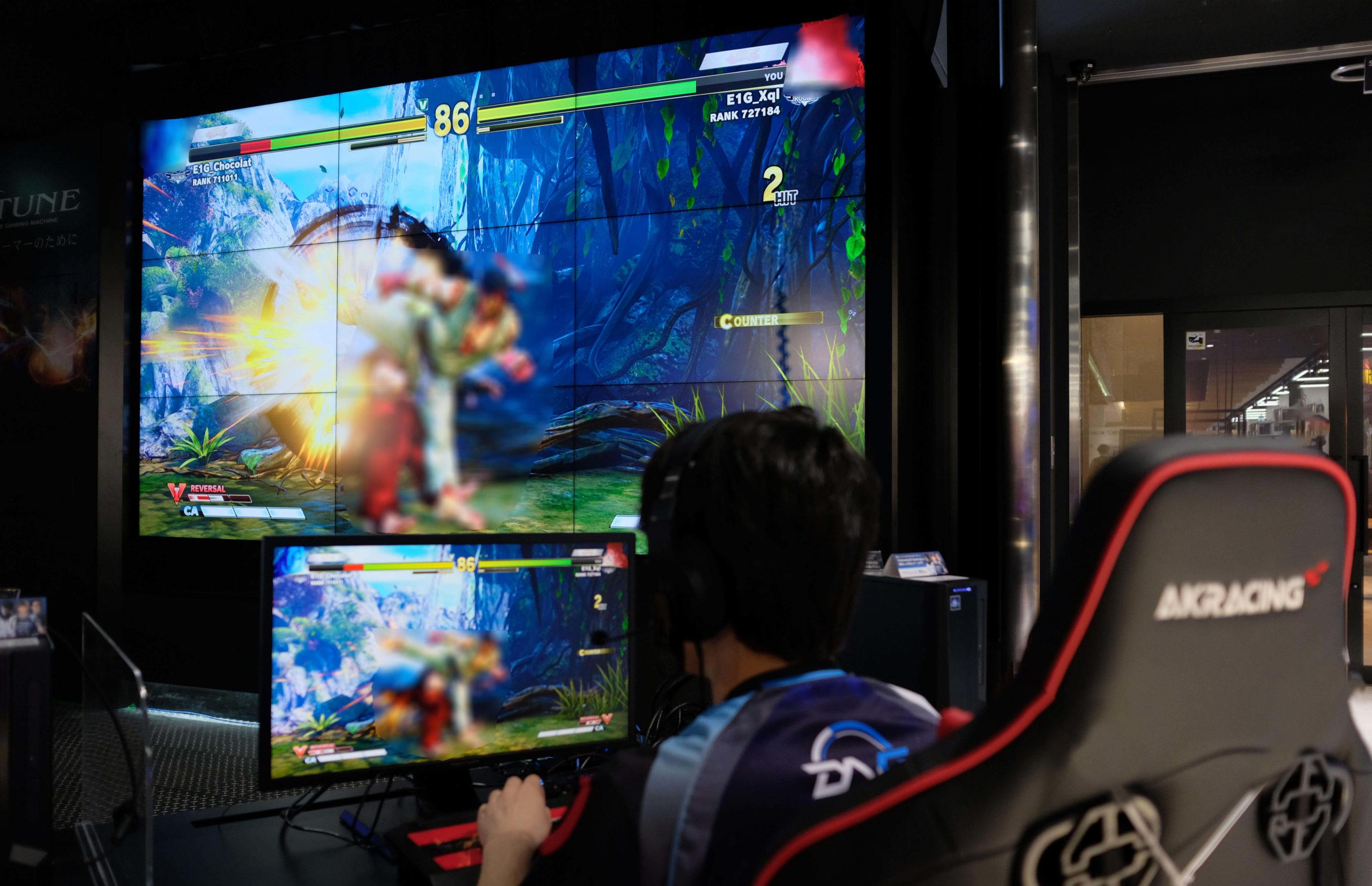 エディオンなんば本店のゲーミングチェアでゲームするプロゲーマー