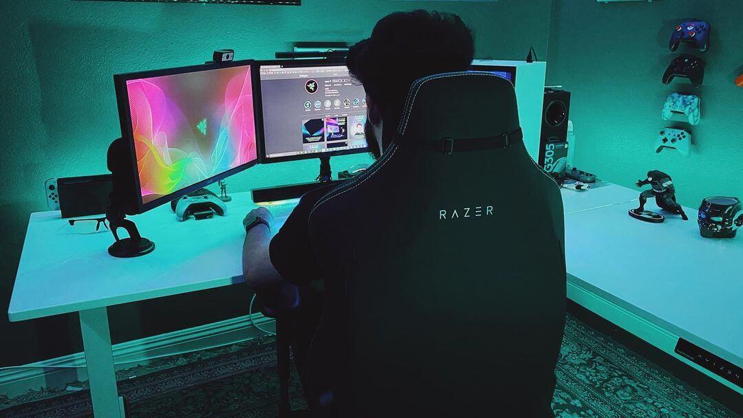 ゲーム部屋でRazerゲーミングチェアに座る人