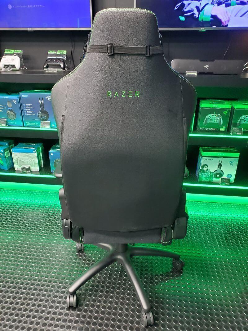 Razer Iskurゲーミングチェアの背面のロゴ