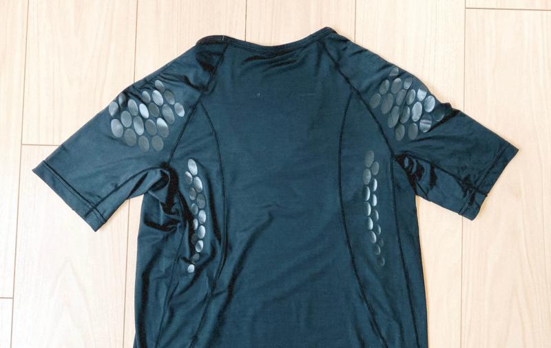 ユニクロの加圧シャツの外観