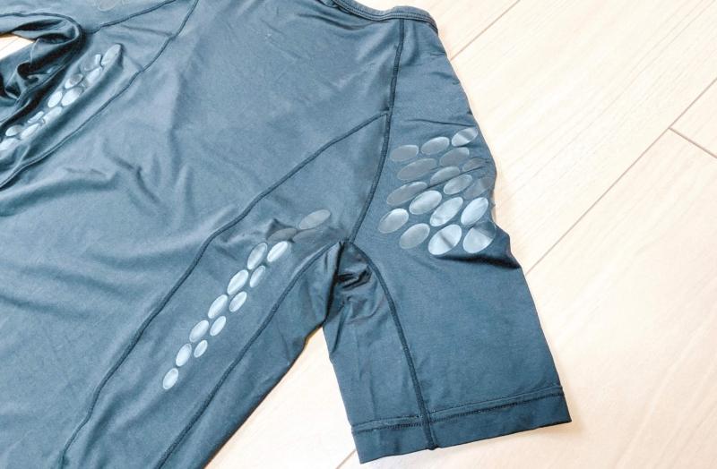 ユニクロの加圧シャツの点状樹脂フィルム