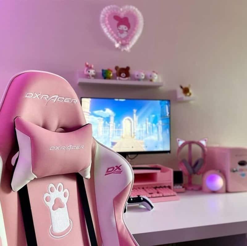 オールピンクのゲーミングチェアとゲーム部屋