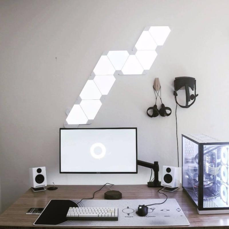 シンプルなデスク環境に合う照明とライト