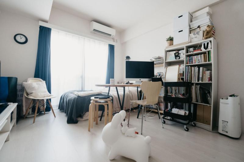 一人暮らしゲーム部屋のベッドとデスクの工夫
