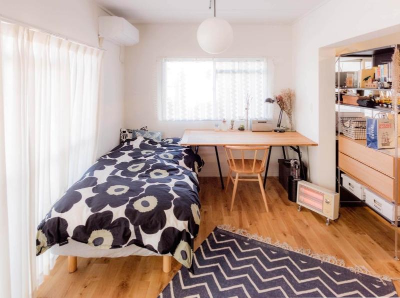 狭いゲーム部屋もデスクとベッドの工夫で広い