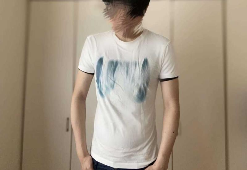 小さめの白Tシャツとサスケを着用