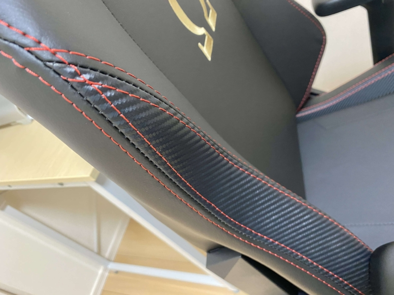 Secretlabゲーミングチェアの赤い糸による縫製